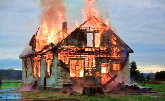 Сгоревший дом и престарелый учредитель стали причиной отказа в госрегистрации фирм